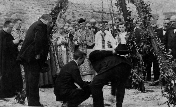 Carlos Castel, durante la puesta de la primera piedra y bendición de la futura Granja Agrícola, el año 1915 (Foto: Uriel).