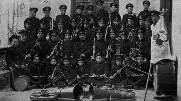 La banda de música de Teruel posa tras vencer en el concurso celebrado en Zaragoza, con motivo de las Fiestas del Pilar de 1917 (Foto: Sánchez Román / La Hormiga de Oro)