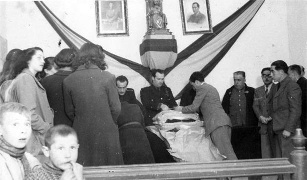 El gobernador Labadíe, que tomó posesión tal día como hoy en 1942, presidiendo un acto de entrega de paquetes a familias necesitadas, un año después (Foto: Documentos y Archivos de ragón).