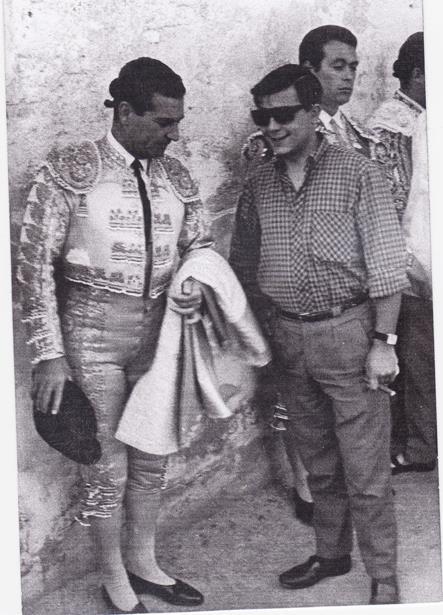 En la imagen del 6 de Julio de 1966, podemos ver a nuestro compañero Aniceto Blasco departiendo con Antonio Bienvenida.Detras puede verse a Curro Romero