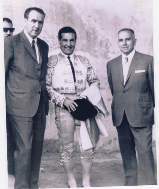 Antonio Bienvenida el dia de su despedida en Teruel, el 6 de Julio de 1966.esta flanqueado por los aficionados turolenses José Laguia(a la izquierda) y Antonio Navarro (a la derecha)