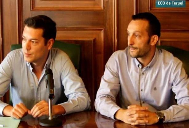 En la imagen, a la izquierda, Javier Domingo, concejal de Deportes y Tomas Martín, nuevo técnico de deportes del Ayuntamiento de Teruel