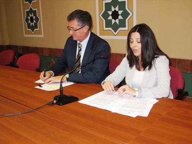 La Presidenta de la Comarca de Teruel, Ana Cris Lahoz y el Alcalde de la ciudad, Manuel Blasco, en la firma del convenio de esta mañana