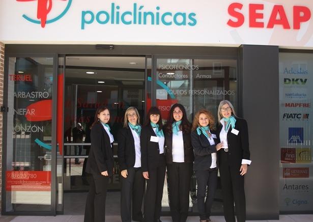 En la imagen, el personal de administracion y servicios de la Policlinica