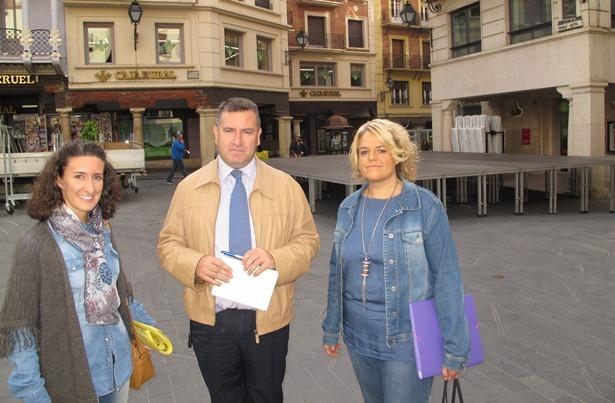 En la foto, José Luis Torán, teniente alcalde, con la presidenta y vicepresidenta de la agrupación en la Plaza del Torico, al fondo el escenario donde tendrá lugar el festival de jota.