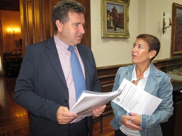 En la foto, el concejal de Educación,José Luis Torán, charlando del tema con la concejal de Economía y Hacienda,Rocío Feliz de Vargas, tras la rueda de prensa.