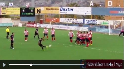 En la imagen , Barba sacando la falta que convertiria en el unico gol del partido