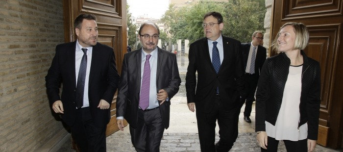 Los presidentes Javier Lambán y Ximo Puig, y los consejeros José Luis Soro y María José Salvador en la entrada del Pignatelli
