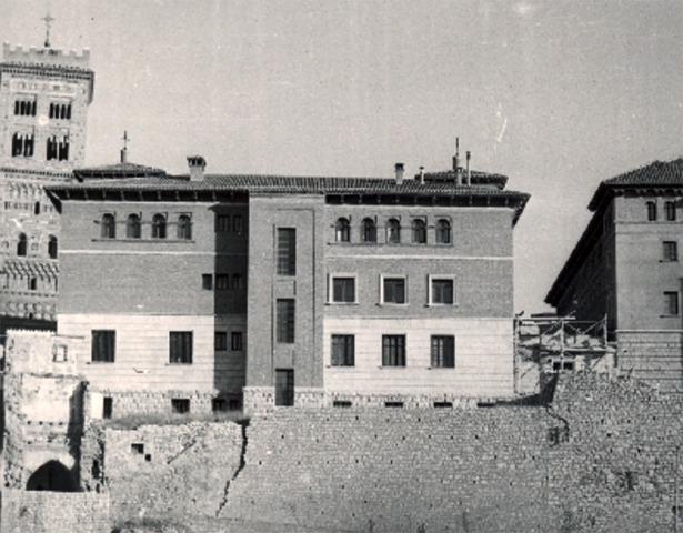 En 1943 se decidió la construcción de lo que a la postre se denominaría Casa de Cultura (Documentos y Archivos de Aragón).