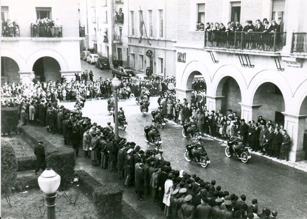 La sección de Tráfico de la Guardia Civil se creó en 1960. En la foto, motoristas durante un desfile (Fidel Cantín).