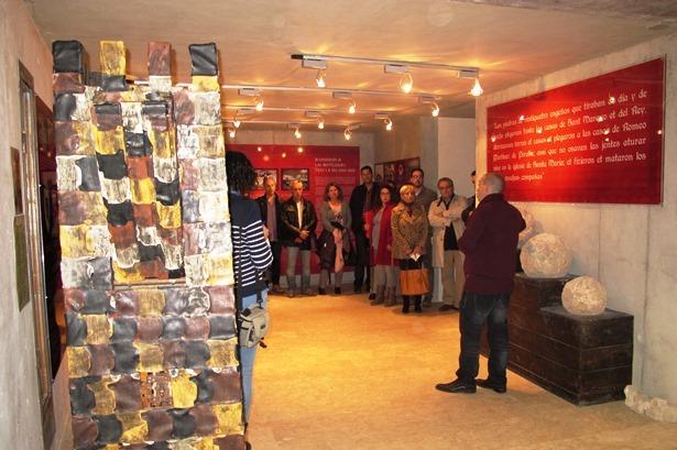 En la imagen, Rubén Sáez explica una de las salas el día de la inauguración de la muestra.