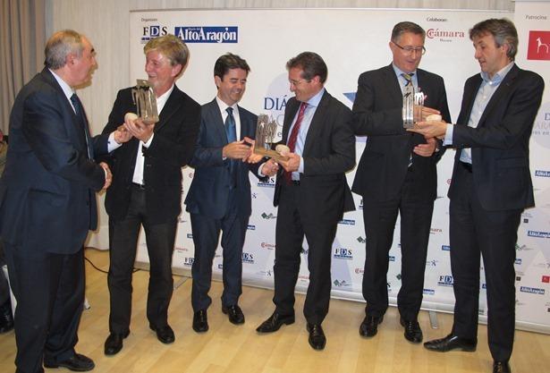 En la imagen, los tres alcaldes reciben al finalizar la cena coloquio un detalle por su participación en la jornada