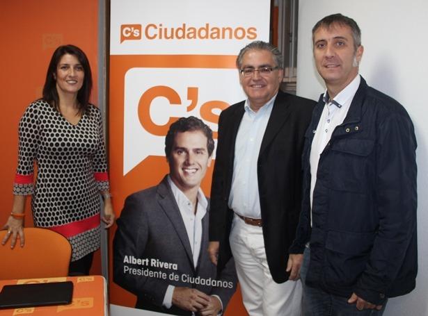 En la imagen, Nomaya Prats(candidata al Congreso), Juan Ramón Castaño (Candidato al Senado) y  Ramiro Dominguez, responsable provincial de Ciudadanos
