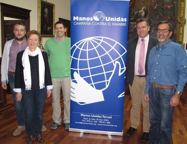 En la foto, la delegada de Manos Unidas en Teruel, Mª Carmen Gómez, con dos de los profesores implicados en el proyecto, José Luis Torán, teniente alcalde, y Paco Martín, concejal de Cultura y miembro del jurado a nivel nacional.
