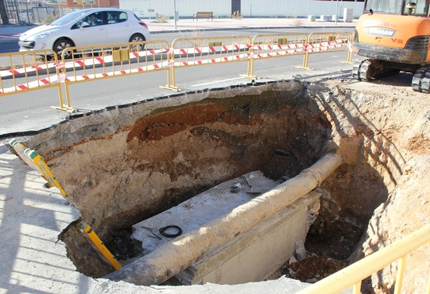 En la imagen, en la parte superior  se puede ver una zona, justo debajo del asfalto,  de color marrón oscuro , que corresponde a un terreno que ya se esta desprendiendo y que  esta por debajo del segundo carril de la Avenida