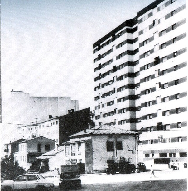 El edificio que el constructor zaragozano Colmenero levantó en la avenida de Sagunto, objeto de polémicas por la mala calidad del mismo, fue declarado de viviendas protegidas por el Ayuntamiento en 1977.