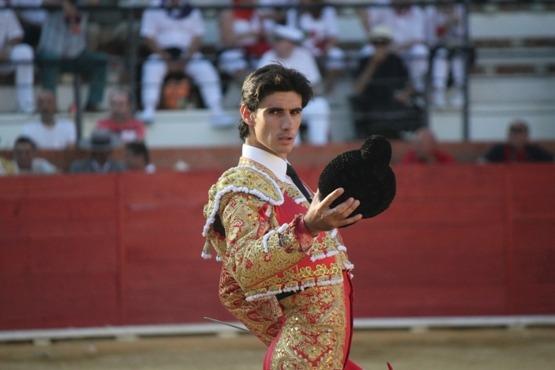 El torero Víctor Barrio brindando al publico turolense la faena al taro que acabaría cogiéndolo mortalente