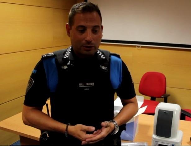 El oficla de Policia , Angel Loras, junto al aparato detector de drogas que usara la Policia en Teruel