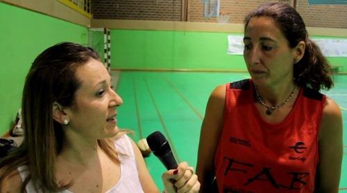 Nuestra compañera , Maria Tejerina, a la izquierda, habla con Ana Belén Lafuente , directora del Campus