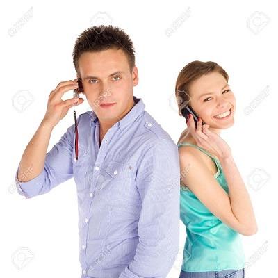 9000375-J-venes-estudiantes-casuales-felices-permanente-espalda-contra-espalda-hablando-por-tel-fono-aislado-Foto-de-archivo