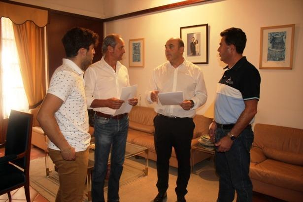 Dobato (segundo por la izquierda , del PAR) y el Alcalde de Alcañiz, Gracia Suso (tercero por la izquierda, del PP) tras la firma del acuerdo