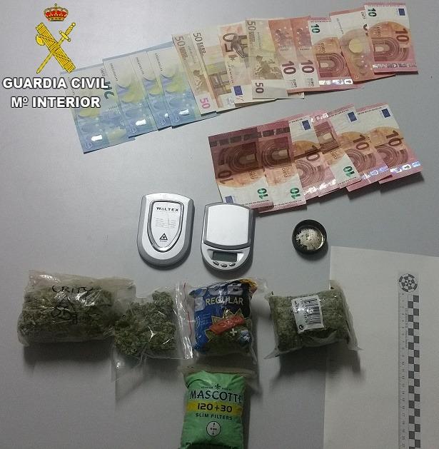 Una imagen de la droga y el dinero incautado