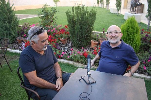 Fito Rodriguez , a la izquierda de la imagen, con nuestro colaborador Jesús Puerto en los jardines de San Pedro antes de grabar esta charla