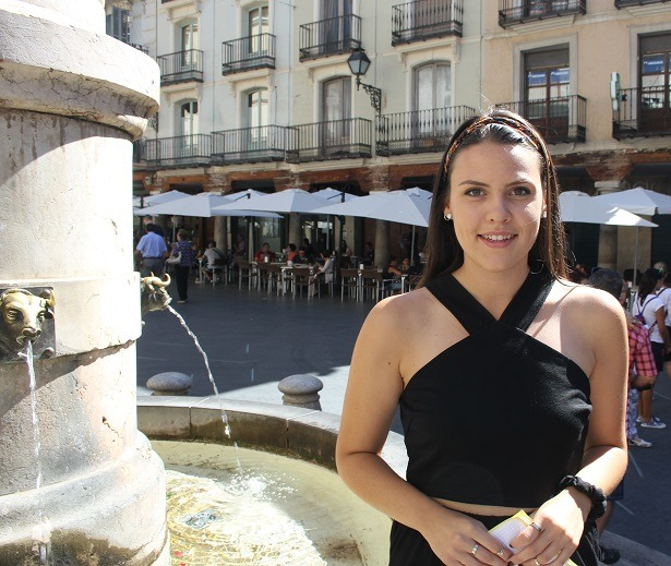 En la imagen, nuestra colaboradora Ruth Marqués que nos cuenta los actos culturales que tendrán lugar en esta segunda quincena del mes de Agosto en Teruel