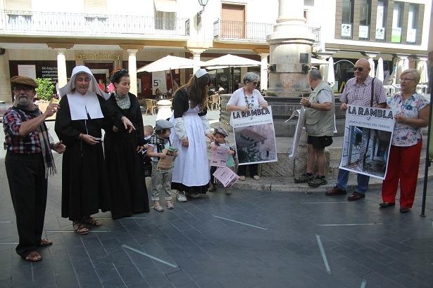 Una imagen de la actuación de losm vecinos de San Julián esta mañana en la plaza del Torico