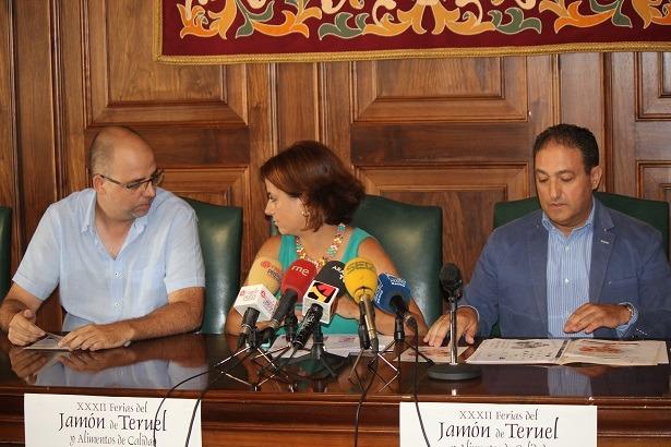 Una imagen de la rueda de prensa de esta mañana. De izda. a dcha. Ricardo Mosteo , Presidente del CRDO Jamón de Teruel, la alcaldesa Emma Buj y el Concejal José M.  Valmaña