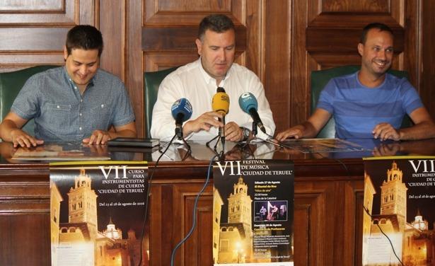 Una imagen de la presentación de esta mañana. De izquierda a derecha, Alberto Navas , director del Curso, José Luis Torán, Concejal de Cultura y Sebastian Guitarte , Presidente de la Asociación Banda de Música Santa Cecilia
