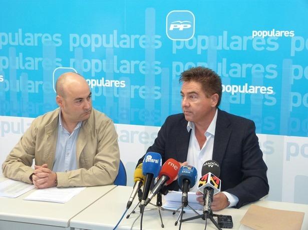 Los diputados de las Cortes de Aragón por el PP, Fernado Galve, a la izquierda y Miguel Angel Lafuente