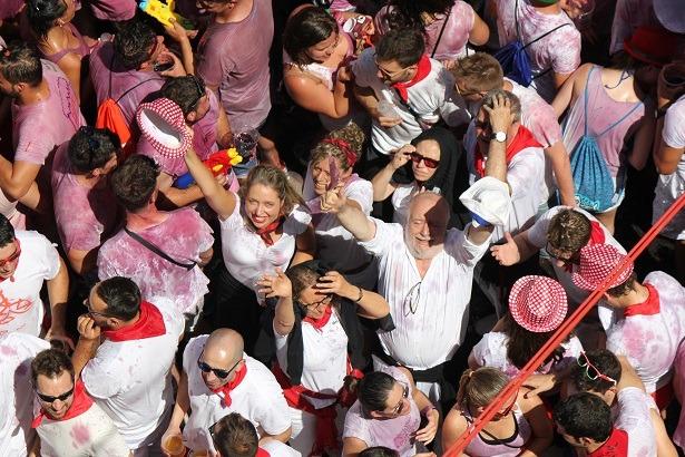 En la imagen , varios turistas desfrutan de la puesta del pañuelico , la pasada fiesta de La Vaquilla