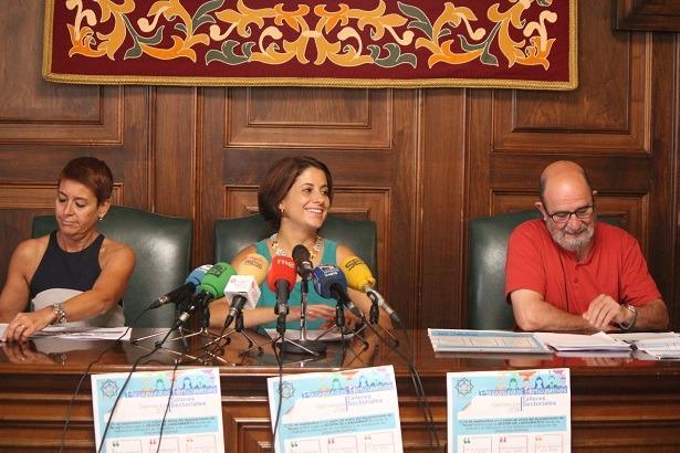 De izada. a dcha., la Teniente de alcalde Rocio Feliz, la alcaldesa , Emma Buj y el Presidente de la Federación de asociaciones de vecinos de Teruel, Pepe Polo