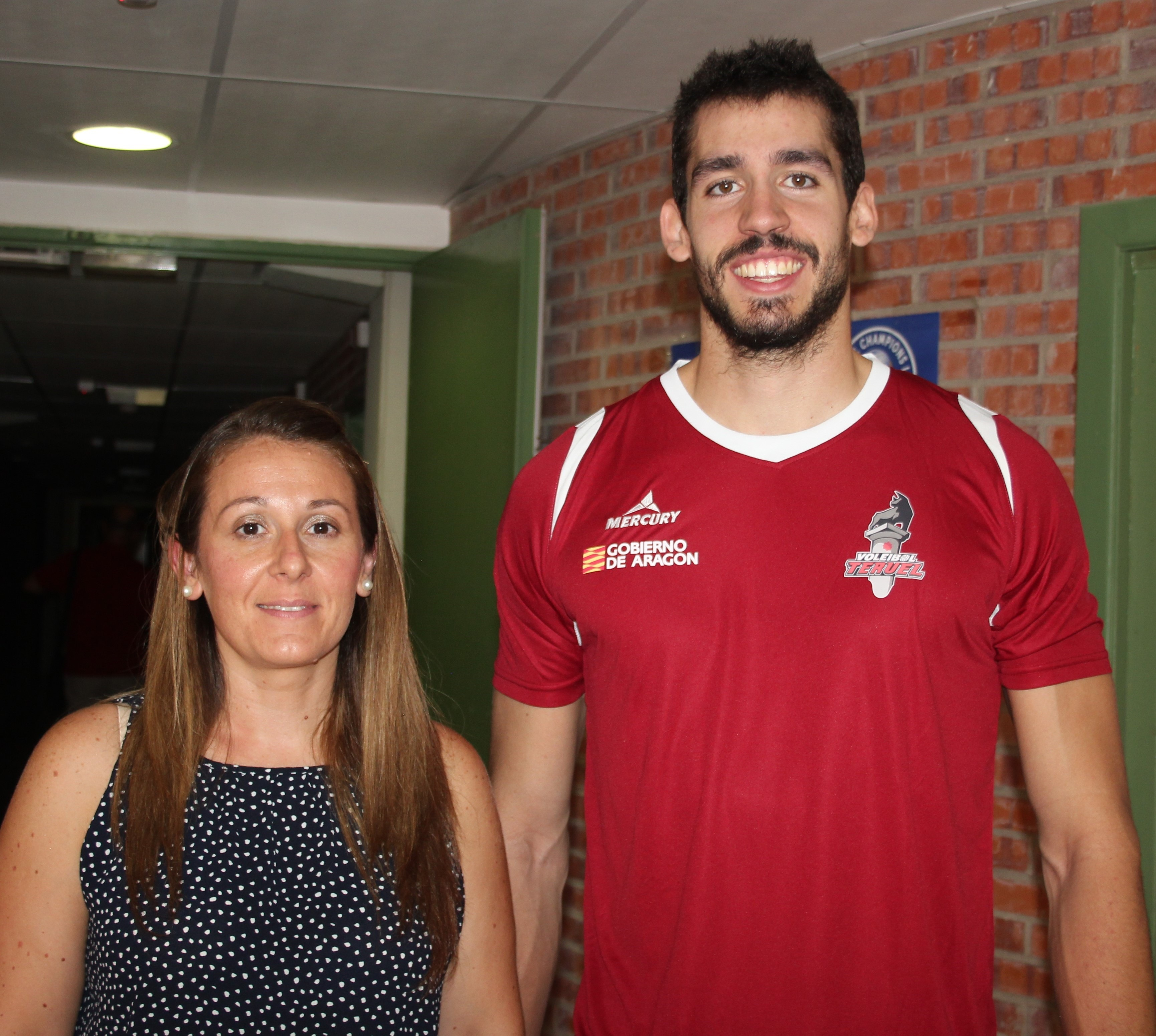 Nuestra compañera Maria Tejerina con el nuevo jugador del CVT. Gerard Osorio que debutará mañana en Los Planos con la camiseta del club turolense