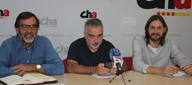 De izquierda a derecha, Paco Martín , Fito Rodriguez y Javier Carbó, los miembros de CHA que han presentado la propuesta esta mañana