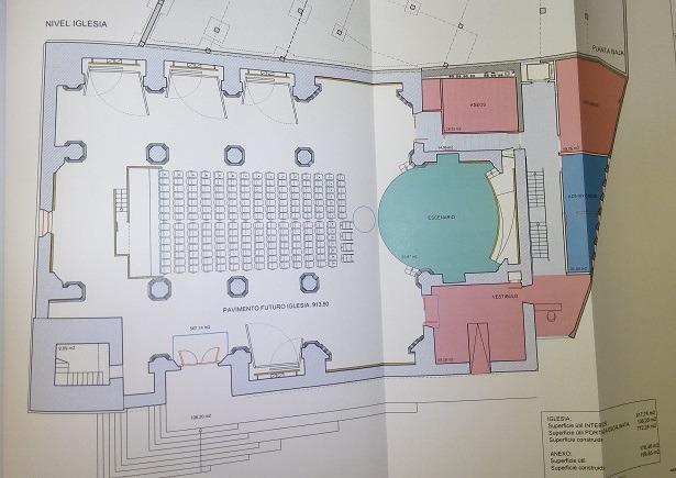 Imagen de como quedaría la nave central de la iglesia, con las filas de sillas en el centro y el escenario(redondo yen azul) a la derecha