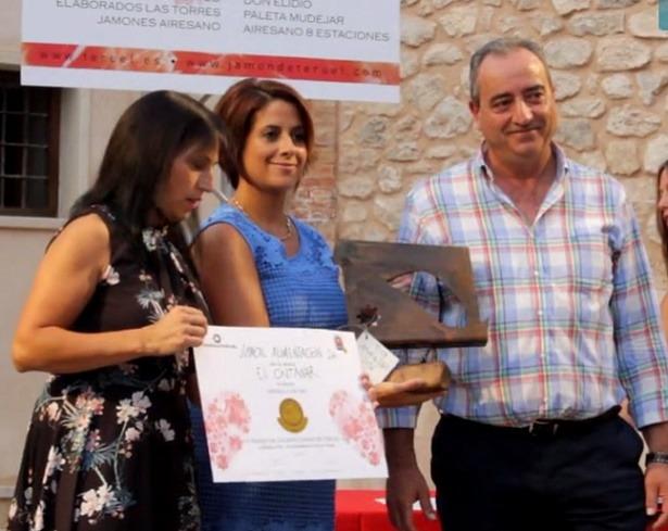 Repersentantes de Jamcal recogen de manos de la alcaldesa de Teruel Emma Buj (en el centro), el premio de Calidad