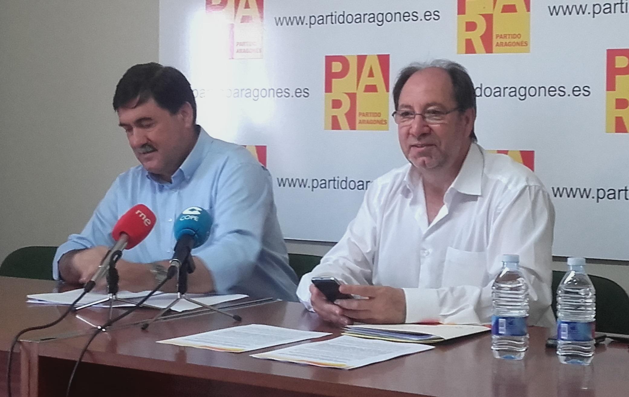 En la imagen, los concejales del PAR en Teruel, Joaquín Tomas, a la izquierda y el portavoz municipal, Julio Esteban