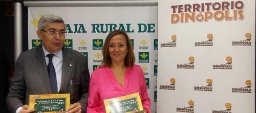 El director general de Caja Rural de Teruel, José Antonio Pérez Cebrián y la presidenta del Consejo de Administración de Dinópolis y consejera de Educación, Cultura y Deporte de Gobierno de Aragón, Mayte Pérez Esteban,
