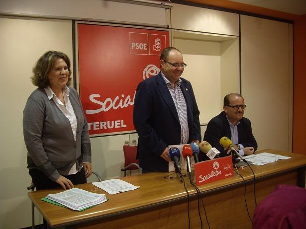 En la imagen , los concejales socialistas Covadonga Bejarano, Jose ramón Morro ( de pie) y Miguel Torres durante la presentación de las propuestas socialistas