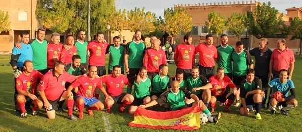 Una imagen de los equipos del CD Teruel veteranos y de la Guardia Civil, momentos antes de iniciarse el partido