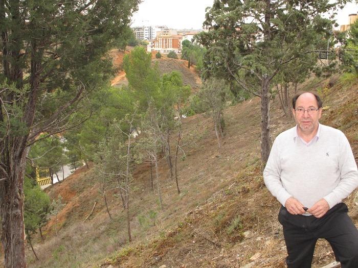 El Concejal de Medio Ambiente del Ayuntamiento de Teruel,Julio Esteban, junto a las laderas de la Plaza de Toros