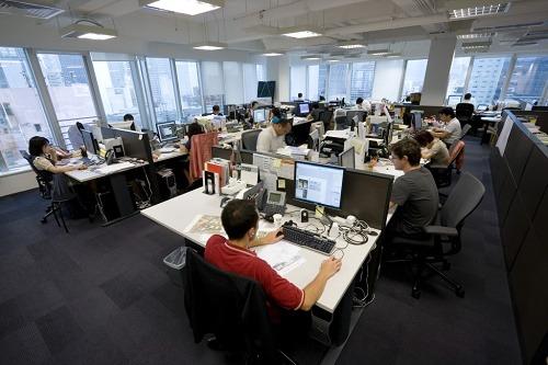 oficina-con-gente-trabajando-1024x682