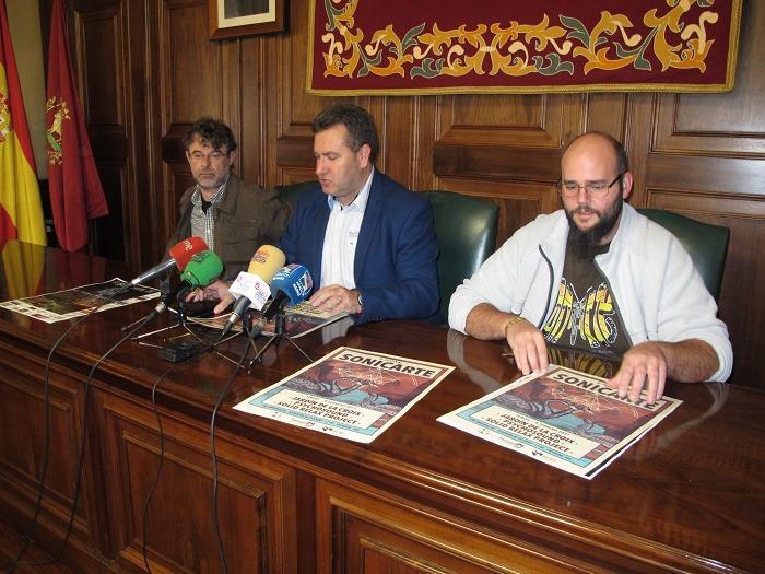 En la foto, miembros de Sonicarte con el concejal de Cultura, José Luis Torán, en el centro