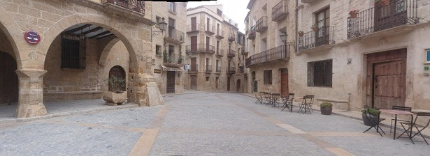 Al fondo de la foto(que es de Google Maps) se ve el establecimiento donde se sello enl Boleto, en la Plaza de España de Claceite