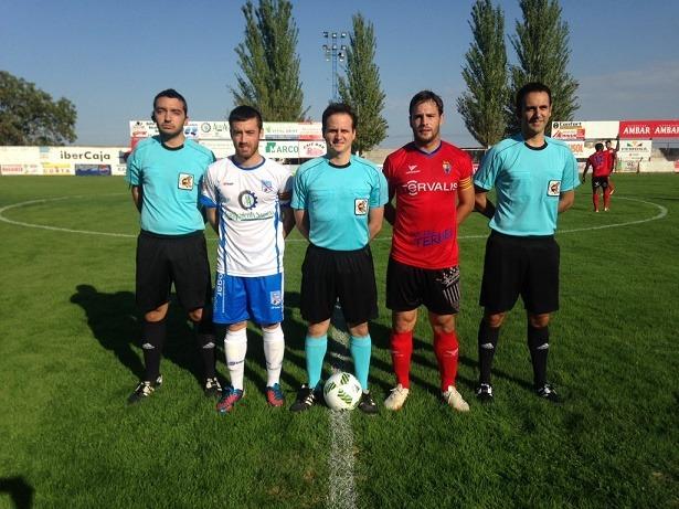Los capitanes, antes del inicio del partido. Foto del Twitter del CD Sariñena