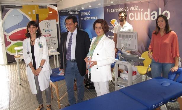 de la alcaldesa de Teruel, Emma Buj, al autobús de la Semana del Cerebro que está hoy en Teruel