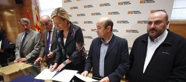 La consejera de Economía, Industria y Empleo del Gobierno de Aragón, Marta Gastón, firma con los máximos representantes de CEOE, CEPYME, UGT y CCOO un convenio de colaboración para promover la igualdad de género en los centros de trabajo aragoneses