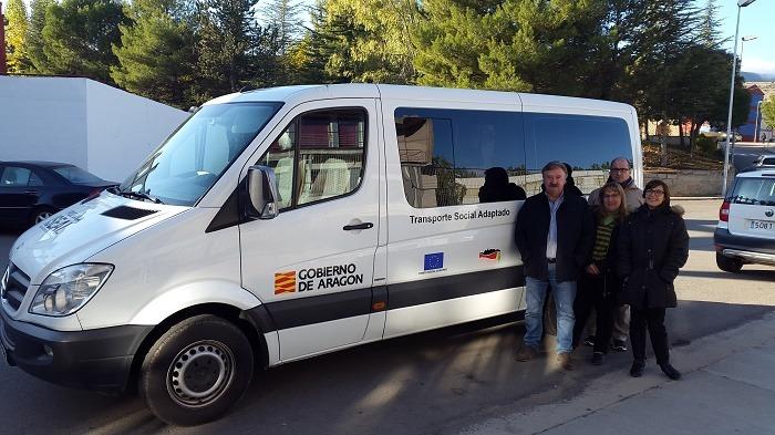 En la imagen se puede ver el vehículo que va a prestar el servicio, junto con el Presidente de la Comarca(a la izquierda), y los trabajadores que han sido contratados para prestar el servicio.